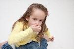 鼻をつまむ女の子2
